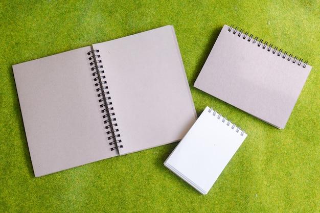 Grupo de caderno sobre fundo verde