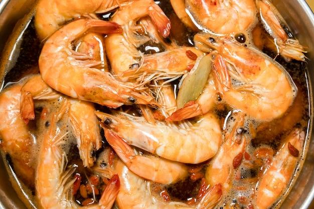 Grupo de camarões com sopa em uma panela
