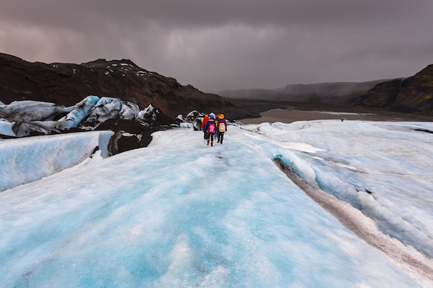 Grupo de caminhada na geleira em solheimajokull,