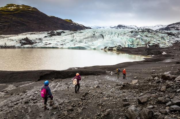 Grupo de caminhantes caminhando para geleira com guia