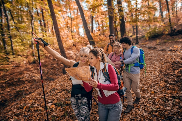 Grupo de caminhantes na floresta.