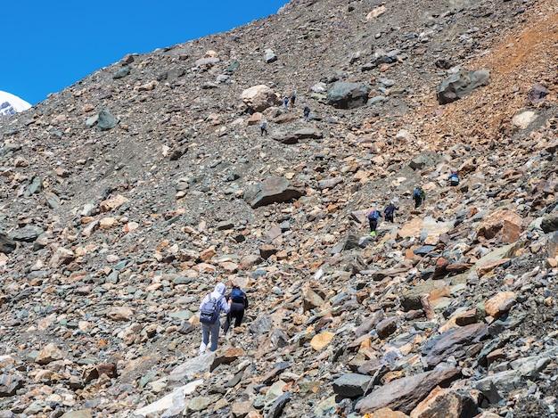 Grupo de caminhantes nas montanhas. grupo de caminhada a caminho da montanha aktru. altai. sibéria.
