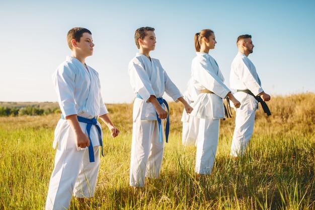 Grupo de caratê com mestre em quimono branco