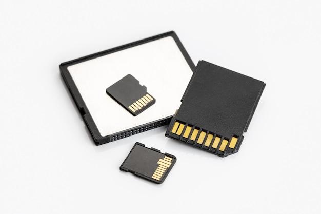 Grupo de cartões de memória na mesa branca. equipamento fotográfico