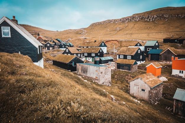 Grupo de casas com telhado de grama na aldeia de mykines