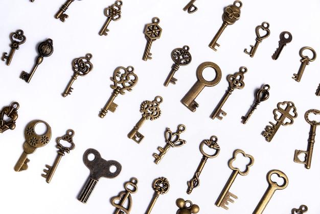 Grupo de chaves diversas em um fundo branco, conceito de casa