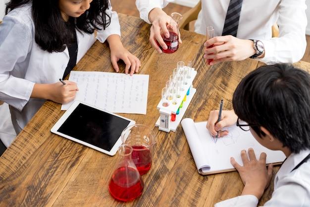 Grupo de cientistas e farmacêuticos no laboratório