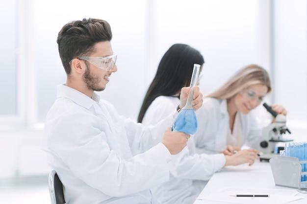 Grupo de cientistas examina o líquido em laboratório. ciência e saúde