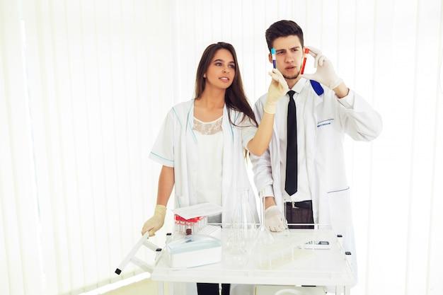 Grupo de cientistas que trabalham no laboratório conceito de laboratório com químico masculino caucasiano. modelo horizontal para um cartaz, página da web ou folheto.