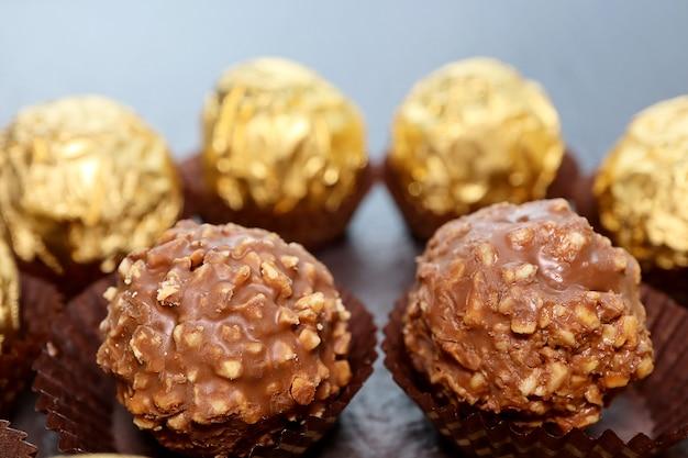 Grupo de close-up de chocolate ao leite com amêndoas