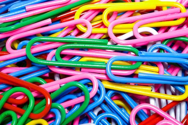 Grupo de close-up de clipes de papel multicoloridos, uma ferramenta usada para escritório e escola