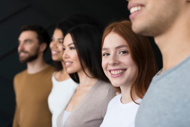 Grupo de close-up de jovens sorrindo
