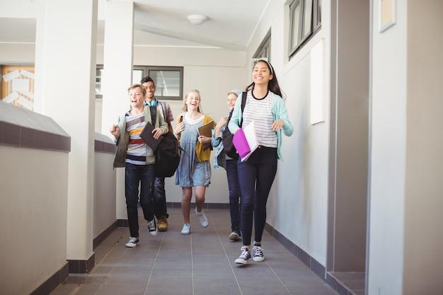 Grupo de colega correndo no corredor