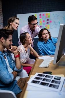 Grupo de colegas assistindo um computador