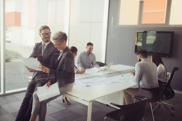 Grupo de colegas de trabalho trabalhando juntos em um projeto empresarial em um escritório moderno