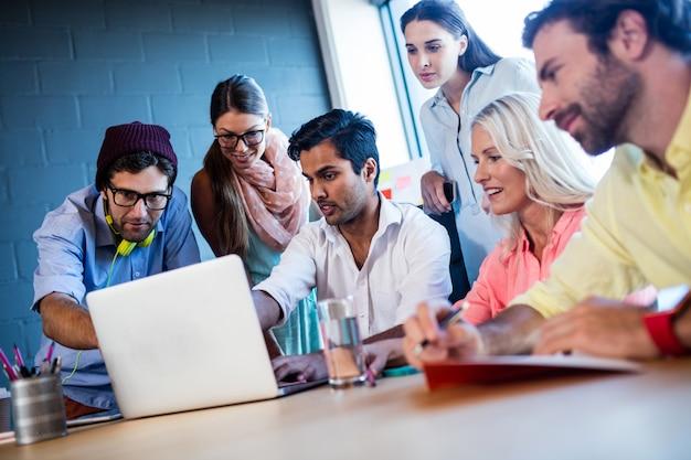 Grupo de colegas de trabalho usando um laptop