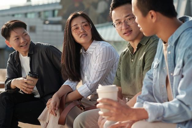 Grupo de colegas discutindo pontos de trabalho na reunião