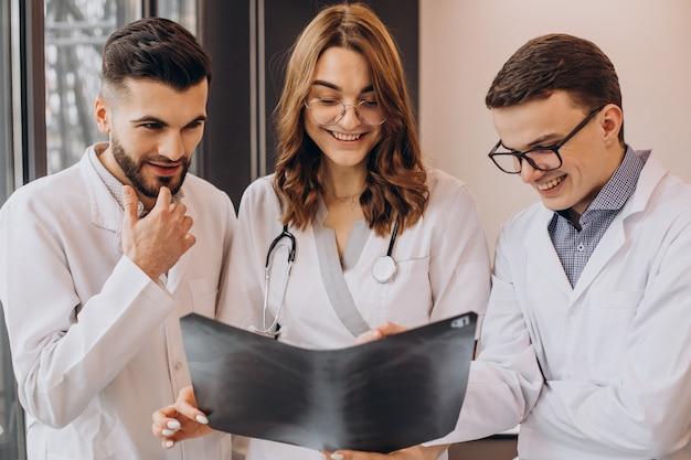 Grupo de colegas médicos examinando radiografia de pulmões