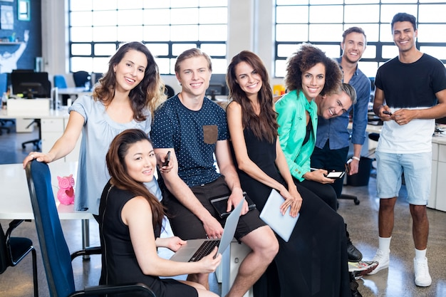 Grupo de colegas posando juntos no escritório