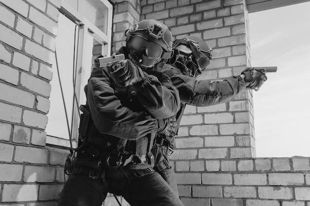 Grupo de combatentes das forças especiais invadem o prédio pela janela