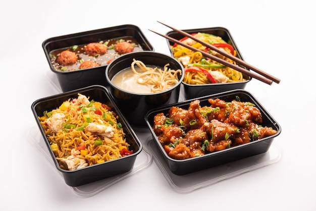 Grupo de comida chinesa entregue em casa em recipientes de plástico
