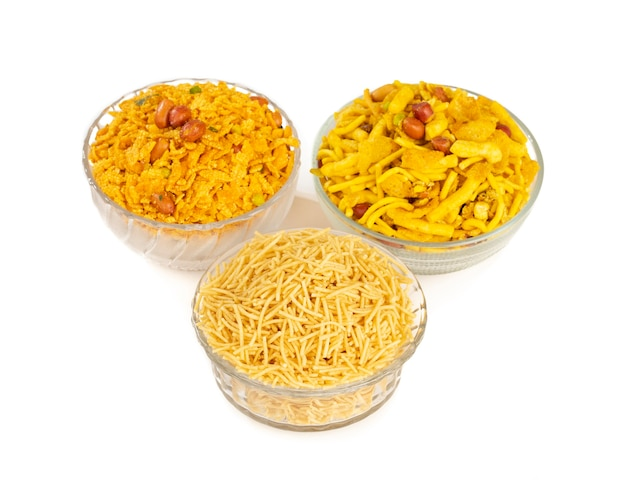 Grupo de comida namkeen doce e picante tradicional indiana