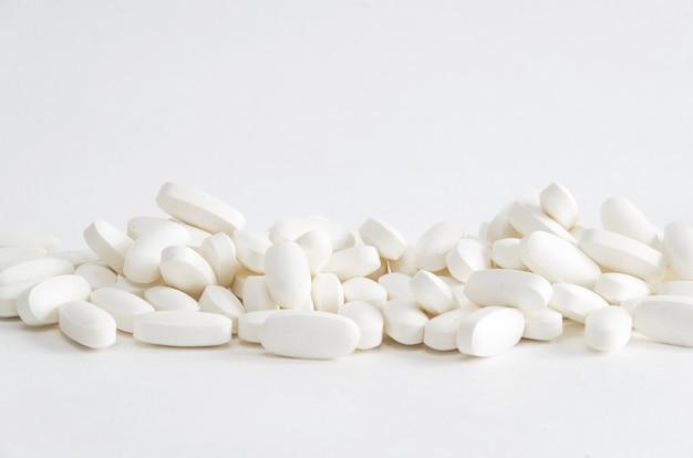 Grupo de comprimidos de magnésio branco