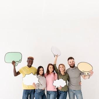 Grupo de cópia-espaço de amigos segurando bolha de bate-papo