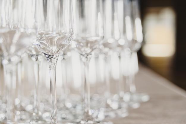 Grupo de copos de champanhe vazios e transparentes em um restaurante. grupo de copos de champanhe vazios e transparentes em um restaurante.