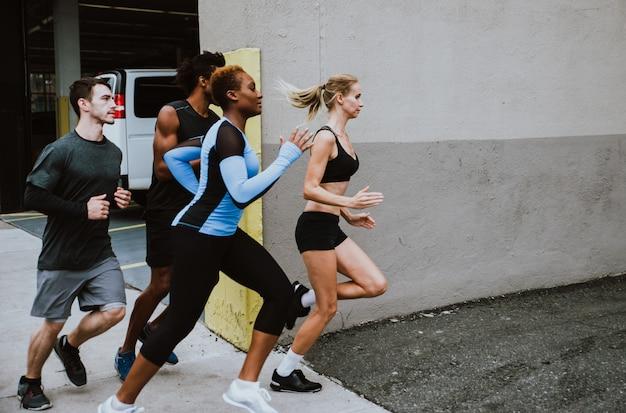 Grupo de corredores urbanos correndo na rua na cidade de nova york, série conceitual sobre esporte e fitness