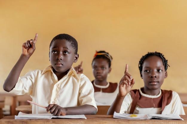 Grupo de crianças africanas na sala de aula