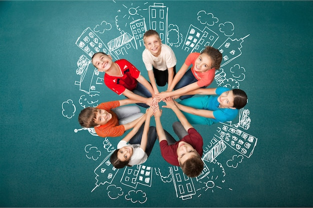 Grupo de crianças alegres em círculo