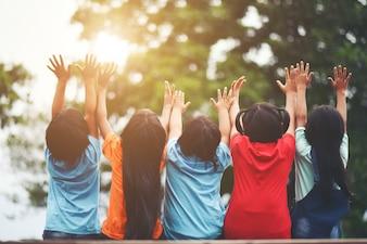 Grupo de crianças amigos abraçados sentados juntos