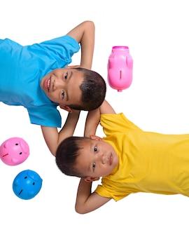 Grupo de crianças asiáticas se divertir com cofrinho isolado no fundo branco