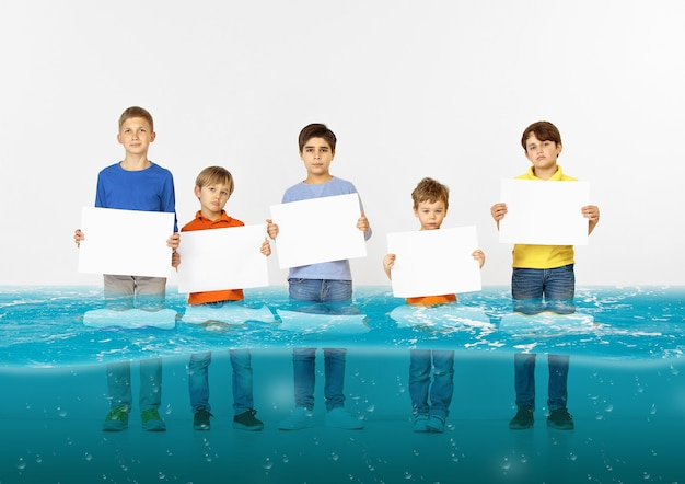 Grupo de crianças com faixas brancas em branco na água da geleira derretendo, aquecimento global