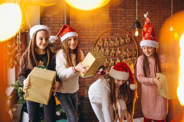 Grupo de crianças com presentes de natal