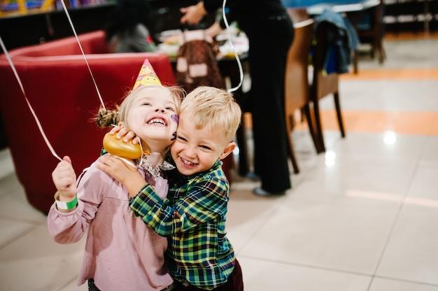 Grupo de crianças de bom humor, brincar com balões