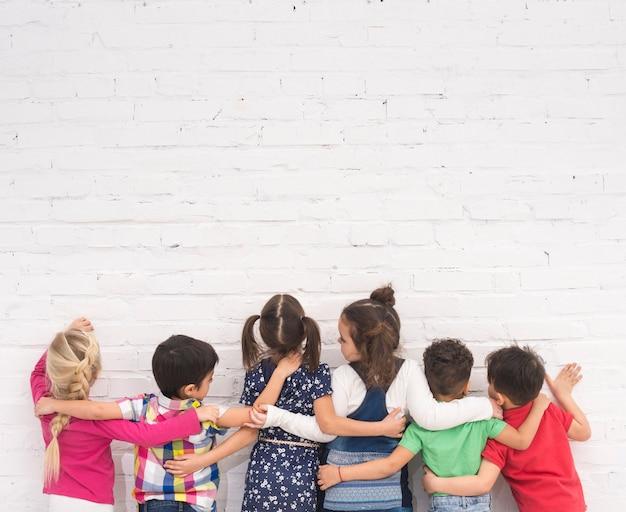 Grupo de crianças de costas