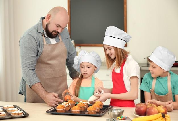 Grupo de crianças e professora preparando sobremesa durante as aulas de culinária