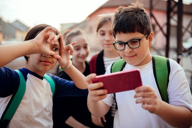 Grupo de crianças em idade escolar fazendo selfie