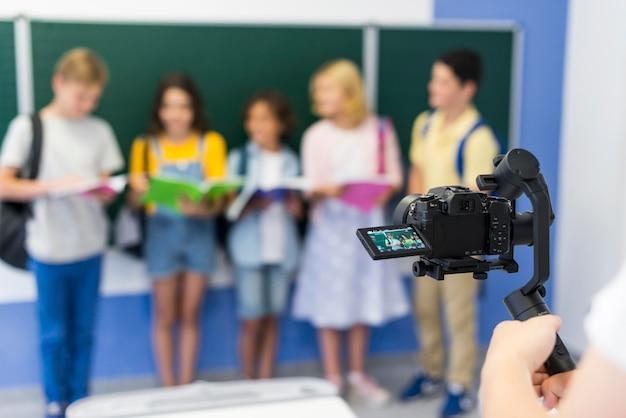 Grupo de crianças em sala de aula com mochilas