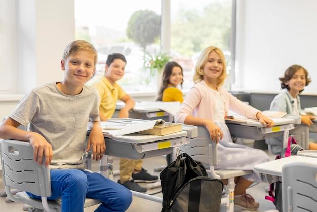 Grupo de crianças em sala de aula
