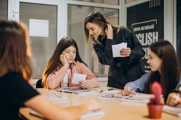 Grupo de crianças estudando na escola