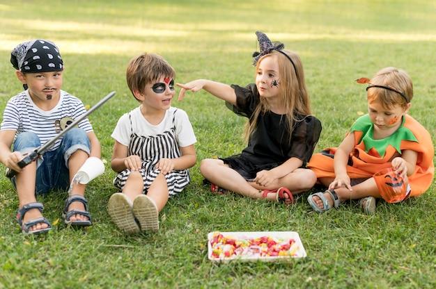 Grupo de crianças fantasiadas