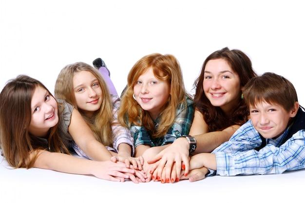 Grupo de crianças fofos e felizes posando