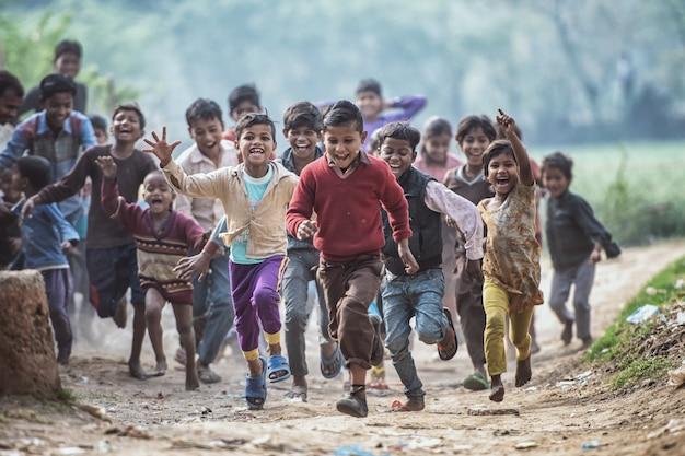 Grupo de crianças indianas correndo