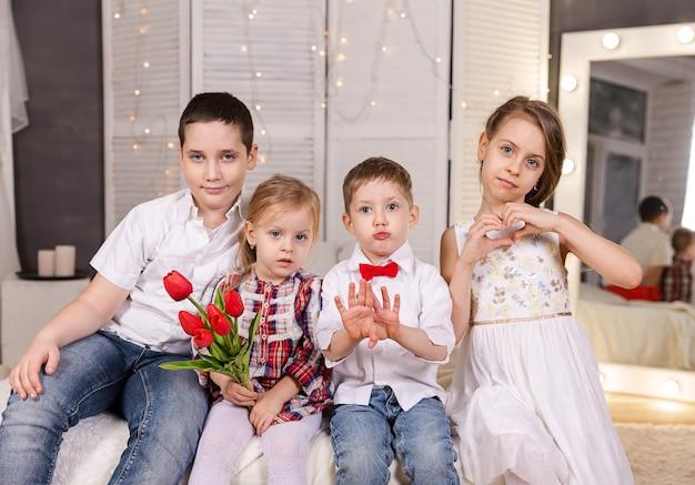Grupo de crianças infância feliz descansando crianças crianças engraçadas