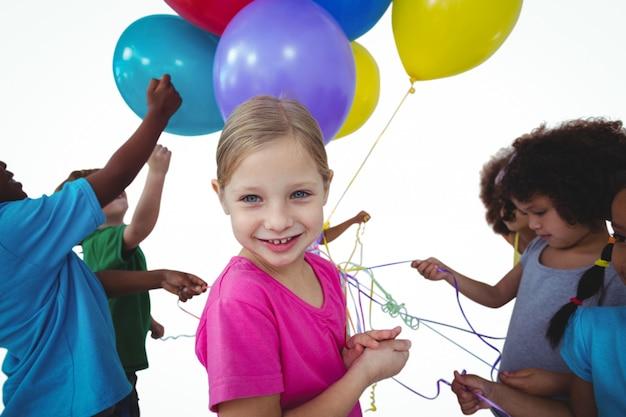 Grupo de crianças junto com balões