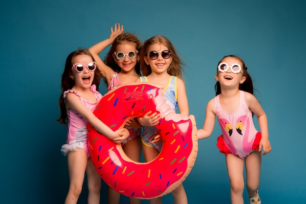 Grupo de crianças meninas em trajes de banho e óculos de sol