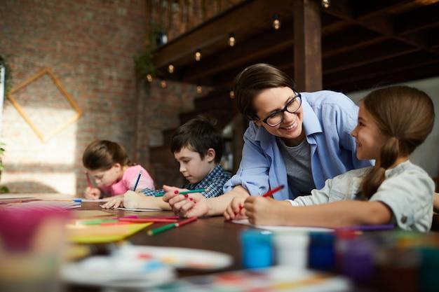 Grupo de crianças na aula de arte